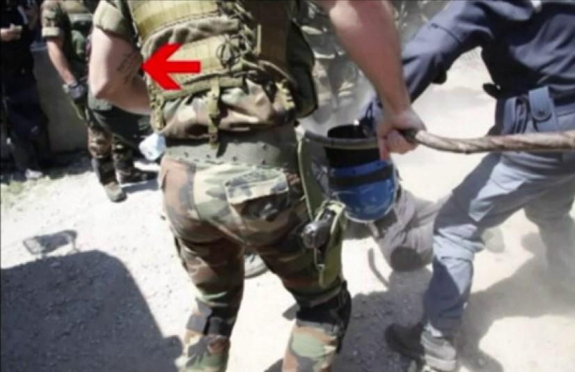 Il fotogramma che mostra il tatuaggio del carabiniere identificato