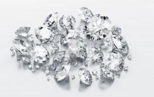 3516733-rendering-3d-diamanti-bianchi-su-un-piano-riflettente