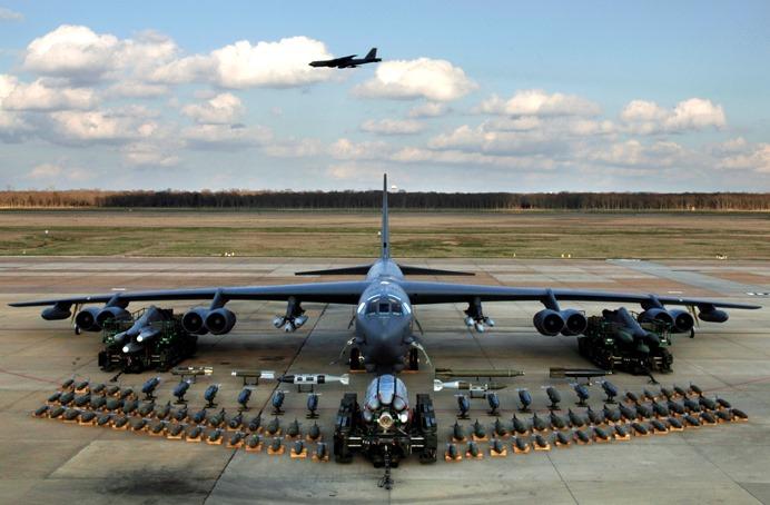 un B-52 con il suo armamento in mostra