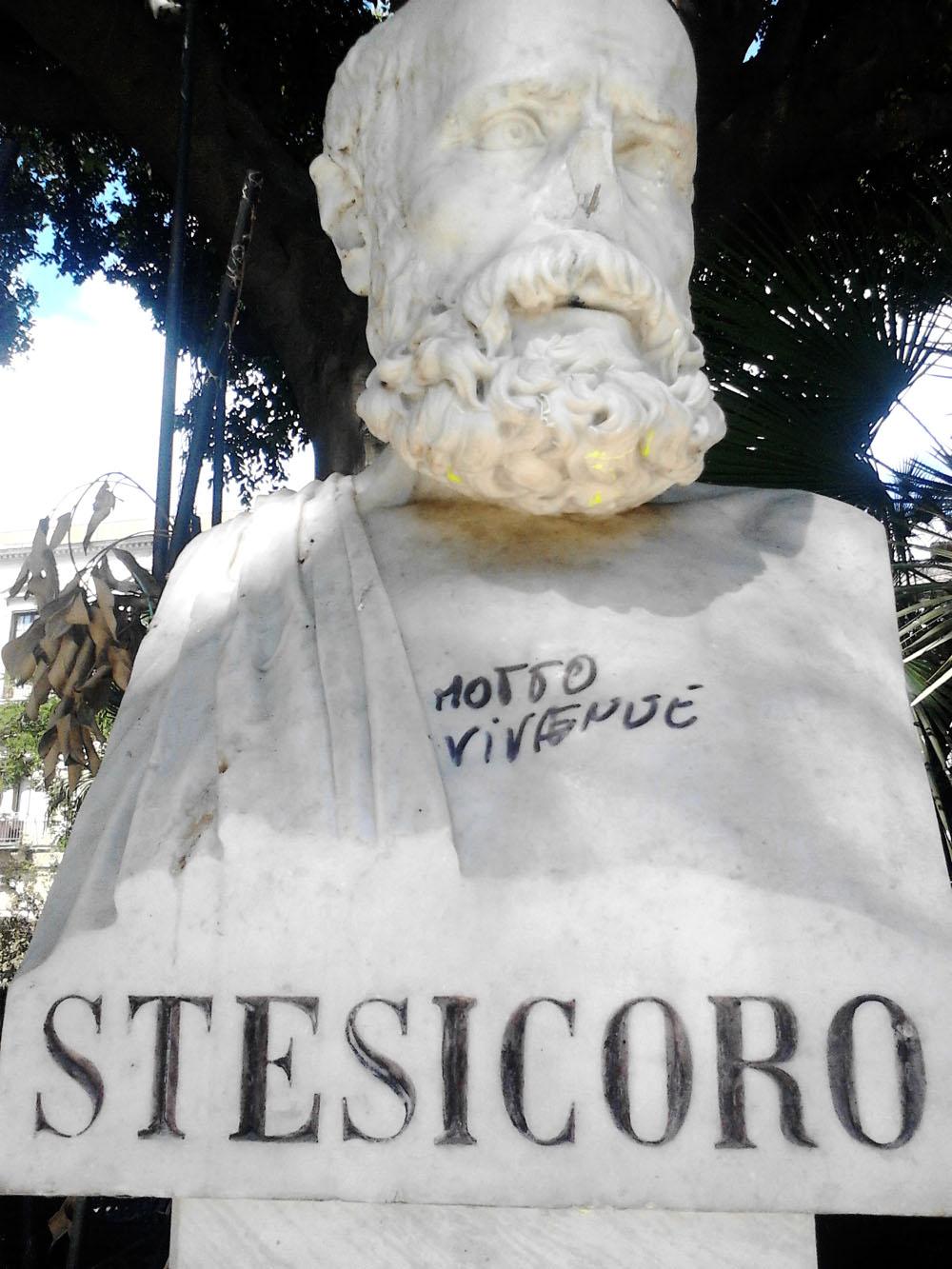Il busto di Stesicoro imbrattato