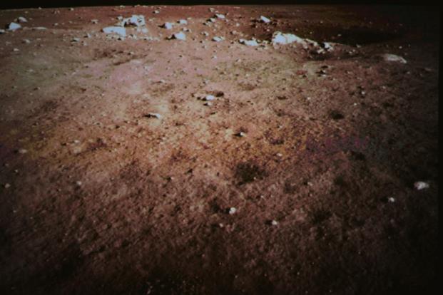 Un'immagine a colori del suolo lunare mandata dal robot cinese
