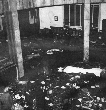 L'interno della banca dopo l'esplosione