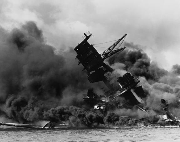 La USS Arizona in fiamme dopo l'attacco