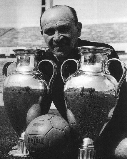 Béla Guttmann con le due Coppe dei Campioni vinte
