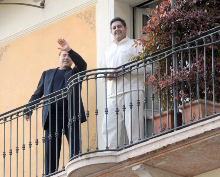 Silvio Berlusconi e Giovanni Toti dalla terrazza della beauty farm