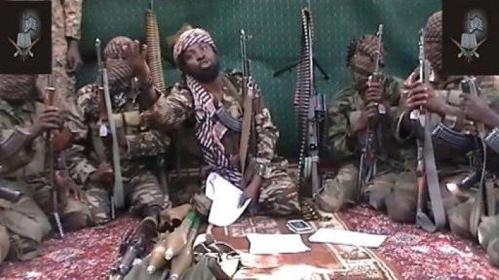Abubakar Sheaku attorniato dai miliziani di Boko Haram
