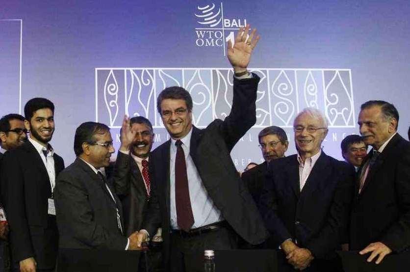 Roberto Azevedo, direttore generale WTO, festeggia la firma dell'accordo