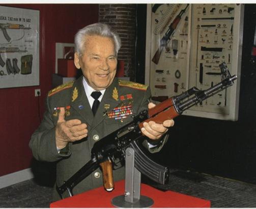 Michail Kalashnikov con un esemplare del fucile da lui inventato